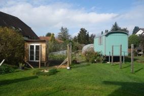 Garten mit Hühner- und Spielhaus
